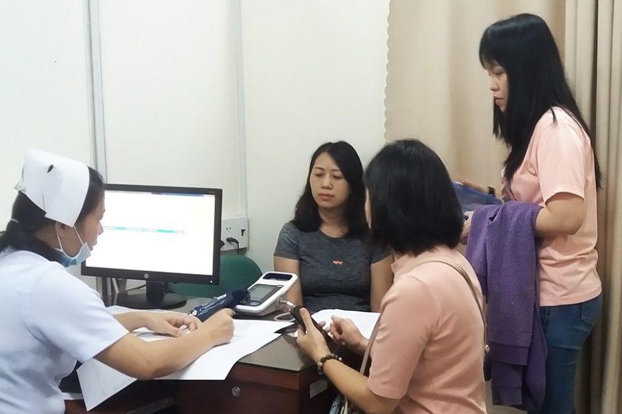 Nhân viên nữ kiểm tra sức khỏe